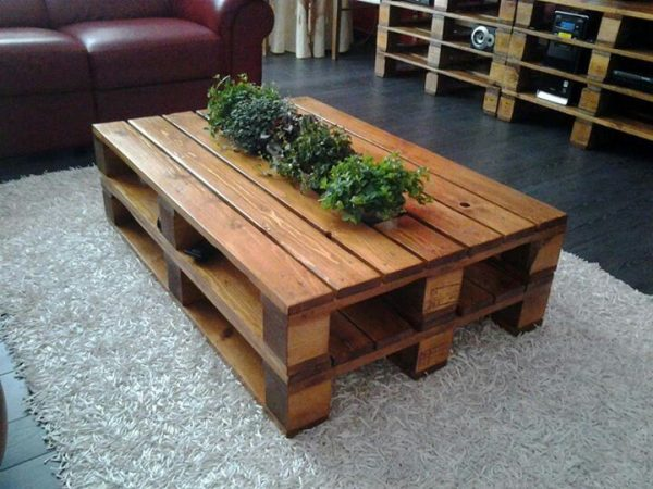 Pallet Table with flowers